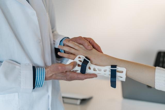Ból w nadgarstkach – co mogło go wywołać?