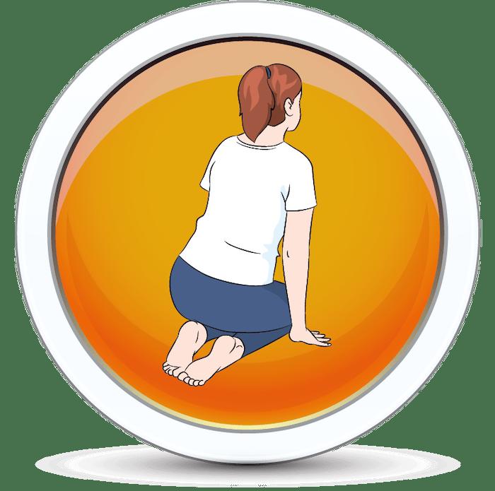 Diewczyna siedzi na piętach z ugiętymi kolanami